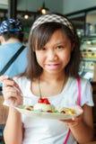 Чизкейк девушки и плодоовощ Стоковое фото RF