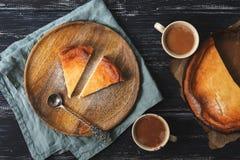 Чизкейк коттеджа послужен на деревянной плите в деревенском стиле Кофе, салфетка, ложка, деревянная предпосылка Стоковое Изображение RF