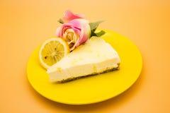 Чизкейк лимона с куском лимона и розой стоковые изображения rf
