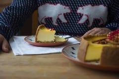 Чизкейк с отбензиниванием сметаны и свежими сезонными ягодами и гайками при кусок принятый вне Стоковое фото RF