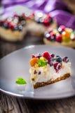 Чизкейк с полениками клубник ягод свежих фруктов и Стоковое фото RF