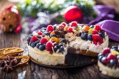 Чизкейк с полениками клубник ягод свежих фруктов и Стоковые Фотографии RF