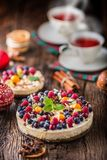 Чизкейк с полениками клубник ягод свежих фруктов и Стоковые Изображения RF