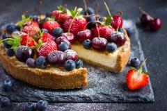 Чизкейк с свежими ягодами лета Стоковое Фото