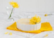 Чизкейк части на белой и желтой предпосылке Стоковые Изображения