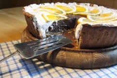 Чизкейк шоколада на деревянной доске с лезвием для торта Стоковое фото RF