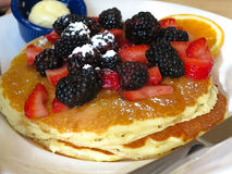 Чикаго - блинчики завтрака с ежевиками и клубниками ( Стоковые Фотографии RF