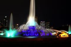 Чикаго, Иллинойс - США - 2-ое июля 2016: Света фонтана Buckingham голубые стоковое фото