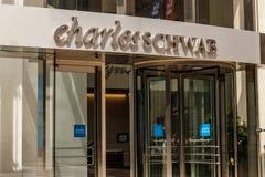 Чикаго - около май 2018: Положение потребителя Чарльза Schwab Чарльз Schwab Корпорация обеспечивает брокерство и банк II стоковая фотография rf
