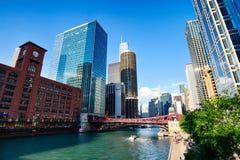 Чикаго, IL Соединенные Штаты - Augustl 09, 2017: Туристская шлюпка дальше стоковое фото rf