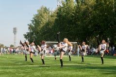 Чирлидеры в действии на стадионе Tyumen Россия Стоковые Изображения RF