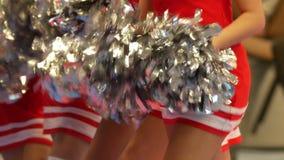 Чирлидеры девушек танцев в красном цвете одевают на чемпионате карате сток-видео