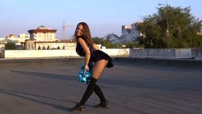 Чирлидер девушки с pompoms танцуя outdoors на крыше сток-видео