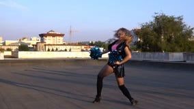 Чирлидер девушки с pompoms танцуя outdoors на крыше акции видеоматериалы
