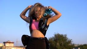 Чирлидер девушки с pompoms танцуя outdoors на крыше видеоматериал