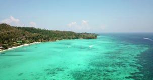Чистая вода бирюзы Яхты, плавать шлюпок Градиент воды от света к темно-синему Phi Phi надевает остров видеоматериал