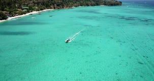 Чистая вода бирюзы Яхты, плавать шлюпок Градиент воды от света к темно-синему Phi Phi надевает остров акции видеоматериалы