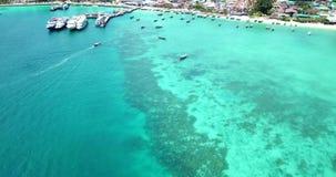Чистая вода бирюзы Яхты, плавать шлюпок Градиент воды от света к темно-синему Phi Phi надевает остров сток-видео
