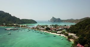 Чистая вода бирюзы Яхты, плавать шлюпок d градиент воды от света к темно-синему Phi Phi надевает остров видеоматериал