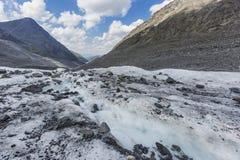 Чистая вода в заводи Ледник Akkem дни altai продолжают лето гор Стоковые Изображения