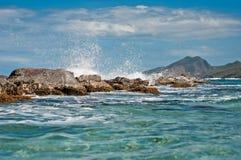 Чистая вода и утесы Стоковое Фото