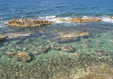 Чистая вода и gentle волны Эгейского моря на Chania, острове Крита Стоковое Изображение RF