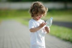 Чистая вода маленькой девочки выпивая от пластмассы стоковая фотография rf