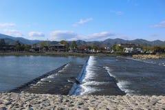 Чистая вода, яркая погода на реке Katsura, Togetsukyo, Arashiyama, Киото Стоковое Фото