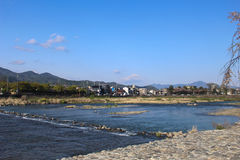 Чистая вода, яркая погода на реке Katsura, Togetsukyo, Arashiyama, Киото Стоковое Изображение
