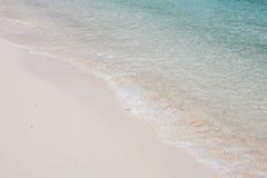 Чистая волна моря на пляже песка Стоковые Изображения
