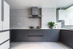 Чистая и белая комната кухни стоковая фотография