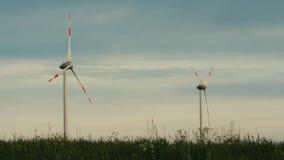 Чистая и возобновляющая энергия, энергия ветра, турбина, ветрянка, производство энергии стоковая фотография