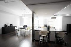 Чистая и элегантная окружающая среда офиса Стоковое Изображение