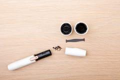 Чистая электронная предпосылка деревянного стола прибора дыма никто стоковая фотография rf