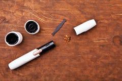 Чистая электронная предпосылка деревянного стола прибора дыма никто стоковые фотографии rf