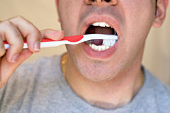 чистить его зубы щеткой человека Стоковое Изображение