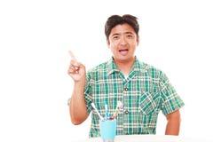 чистить его зубы щеткой человека стоковые изображения