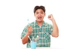чистить его зубы щеткой человека стоковые фото