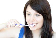чистить ее весёлую женщину щеткой зубов Стоковые Фото