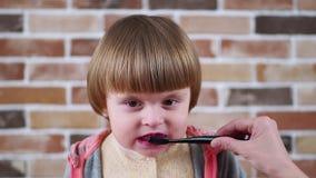Чистить щеткой зубов маленькой девочки матери уча видеоматериал
