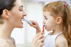 Чистить щеткой зубов Стоковые Фотографии RF