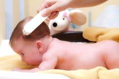 чистить щеткой младенца стоковые фотографии rf