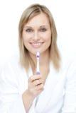чистить щеткой шикарный ее женщина зубов портрета Стоковые Фото