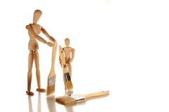 чистит его га-н щеткой сынка деревянного Стоковая Фотография
