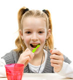 чистит зубы щеткой девушки Стоковые Изображения