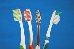 чистит зуб щеткой выбора Стоковые Фото