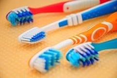 чистит зуб щеткой Стоковое Изображение
