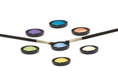 чистит изолированные eyeshadows щеткой Стоковая Фотография