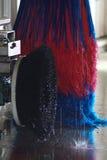 чистит мытье щеткой автомобиля Стоковое фото RF