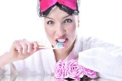 чистит девушку щеткой ее зубы Стоковое Изображение RF